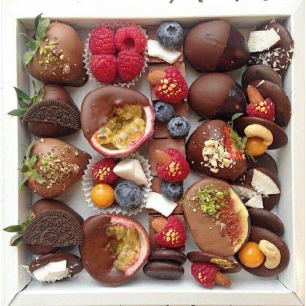 Подарочный набор из ягод и орехов.