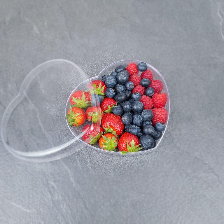 свежие ягоды в сердце фото1