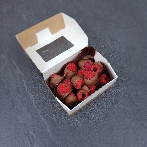 свежая малина политая шоколадом