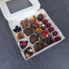 Набор из фруктов, ягод, орехов с печеньем политое шоколадом