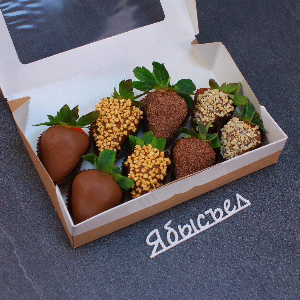 Клубника в шоколаде из 8 ягод. Упакован в крафтовую коробку с прозрачным окном.