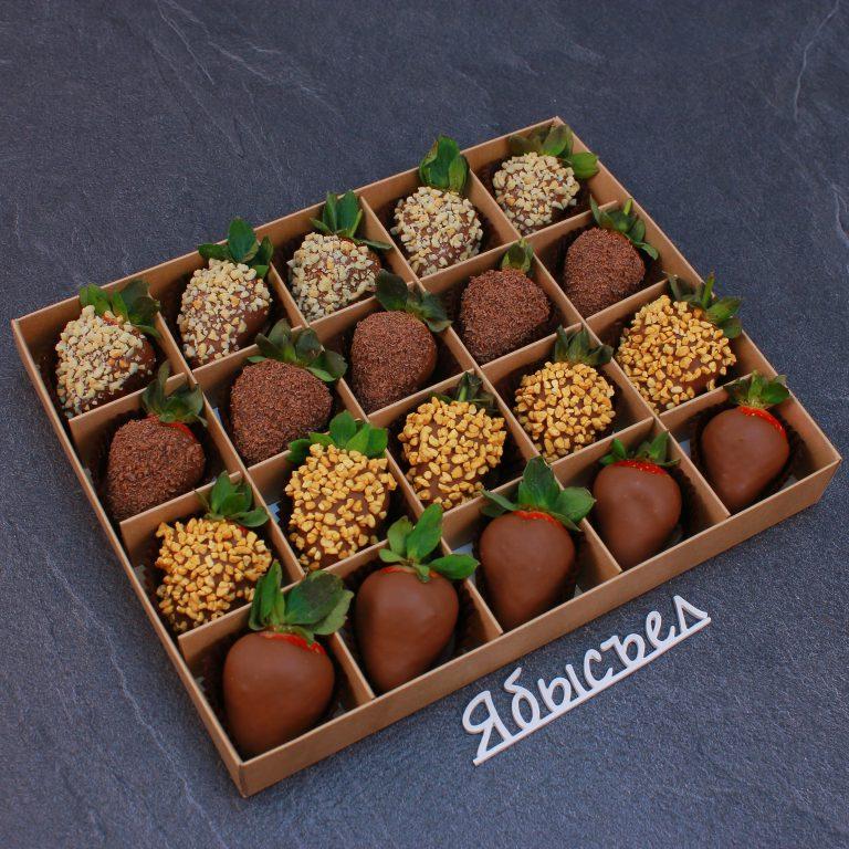 Клубника в шоколаде из 20 ягод. Упакован в крафтовую коробку с ячейками.