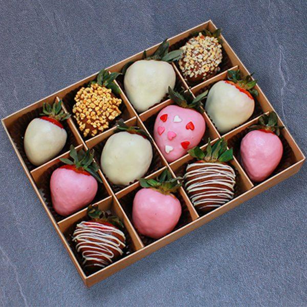 Набор клубники в розовом, белом и молочном шоколаде, 12 ягод