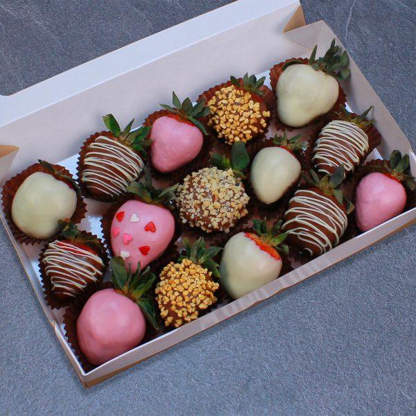 Набор клубники в розовом, белом и молочном шоколаде, 15 ягод
