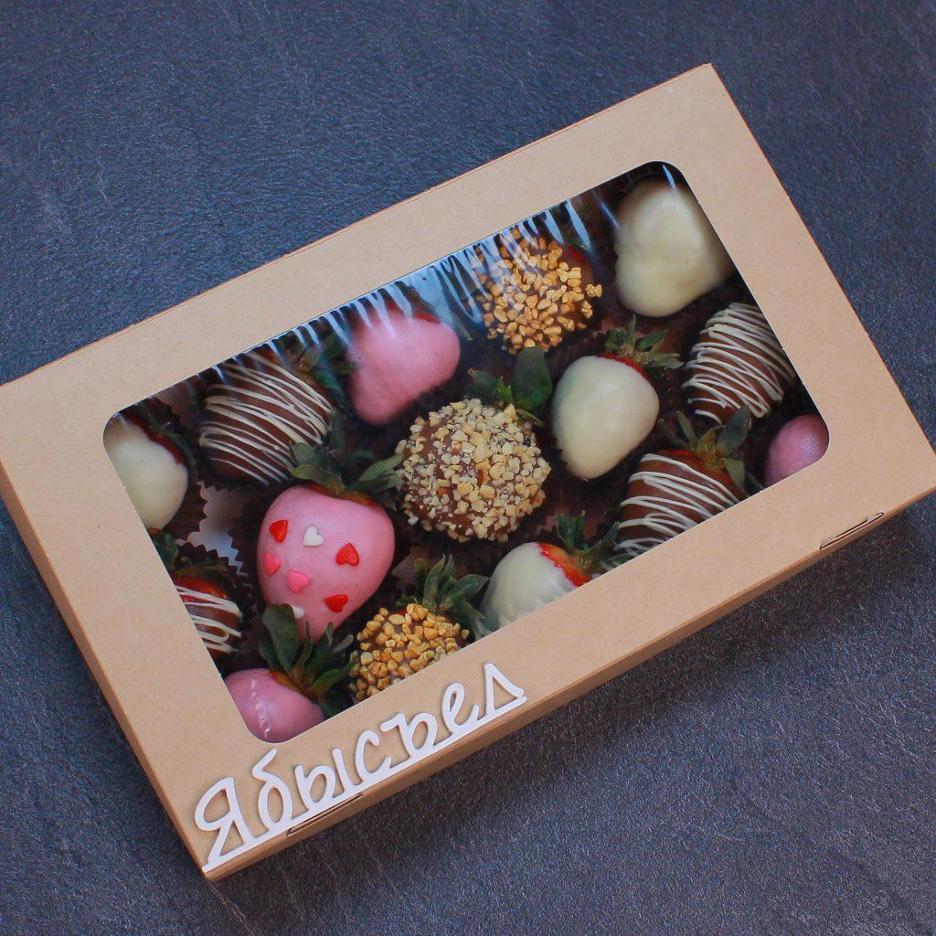 Упакованный набор клубники в розовом, белом и молочном шоколаде, 15 ягод
