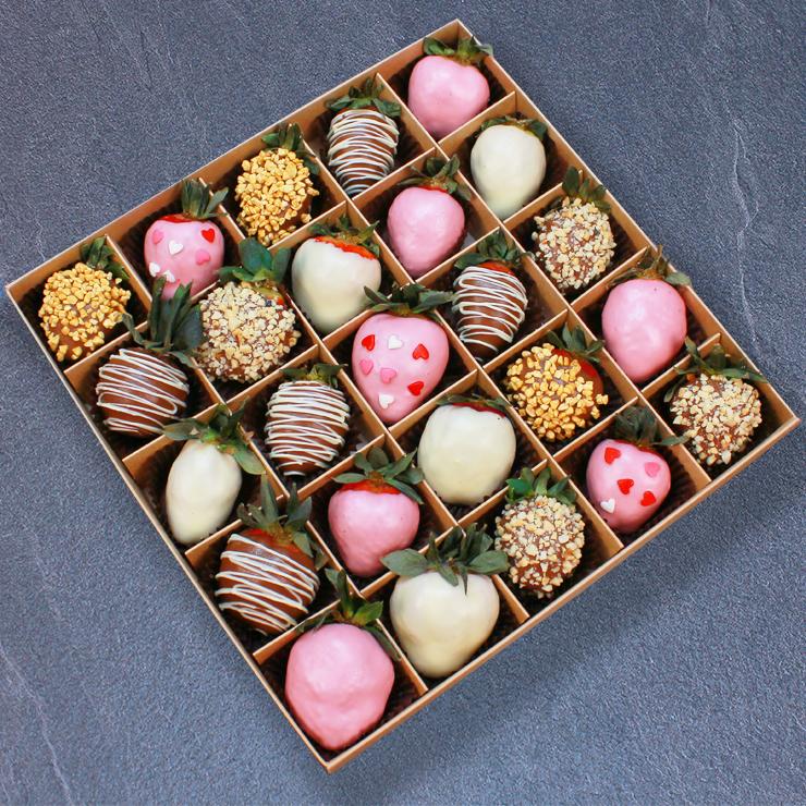 Набор клубники в розовом, белом и молочном шоколаде, 25 ягод
