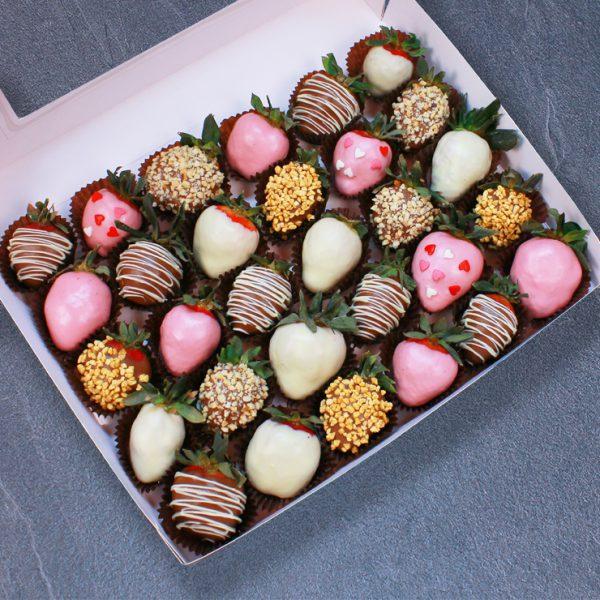 Набор клубники в розовом, белом и молочном шоколаде, 30 ягод