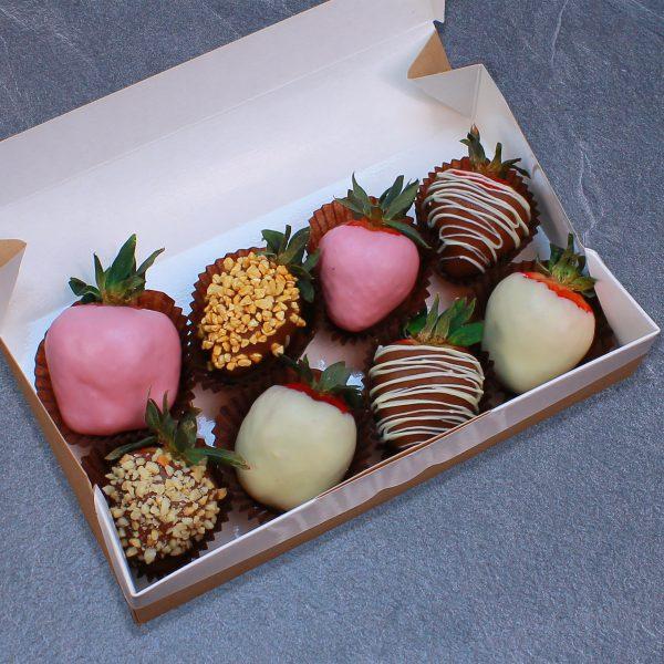 Набор клубники в розовом, белом и молочном шоколаде, 8 ягод