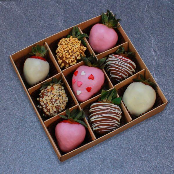 Набор клубники в розовом, белом и молочном шоколаде, 9 ягод