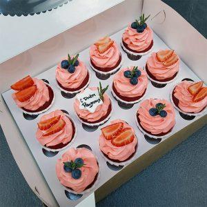 Капкейки красный бархат с розовым кремом и ягодами 12шт