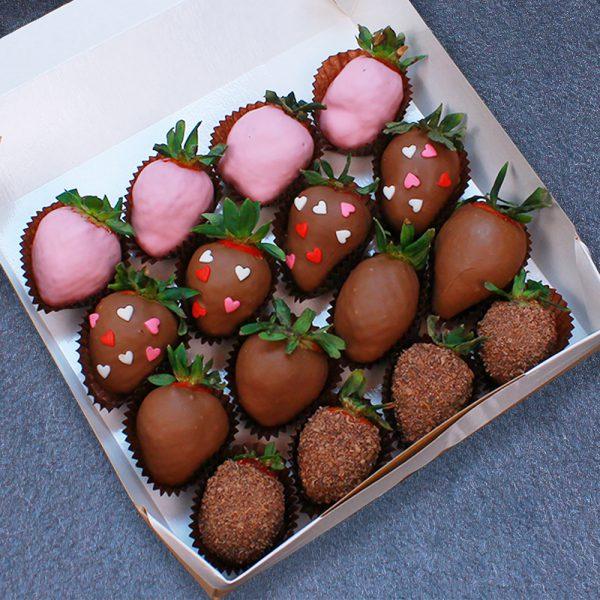 Клубника в шоколаде с сердцами, 16 ягод