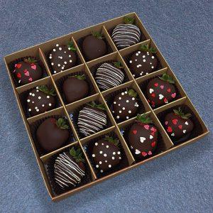 Клубника в тёмном шоколаде с сердцами 16 ягод