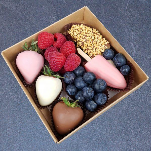 Прелесть — свежие фрукты и ягоды в шоколаде