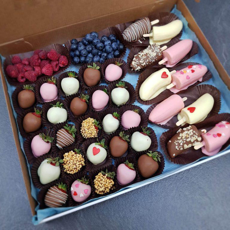 клубника и бананы в шоколаде с ягодами фото3